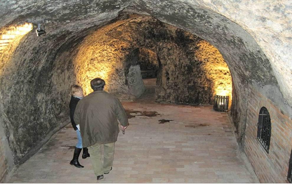 Entrada a las cuevas de Bodegas Mocén