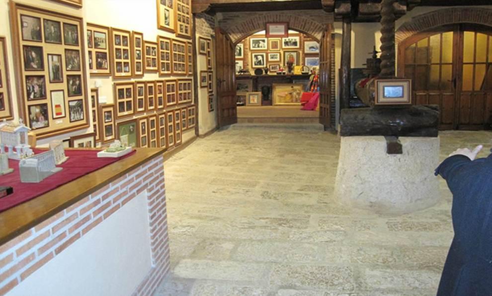 Sala de cuadros de fotos con personas ilustres en Bodegas Mocén